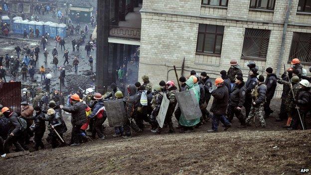 Protesatatarii escorteaza un politist din Kiev