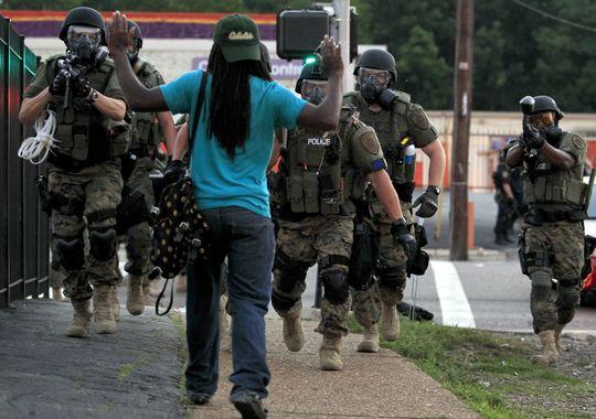 Politia din Ferguson se apara