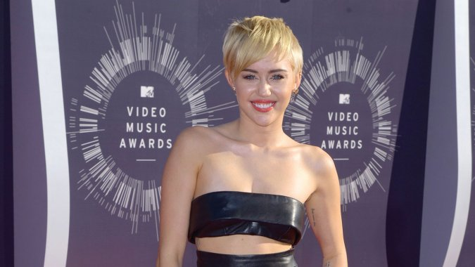 Miley Cyrus isi arata sanii intr-un video