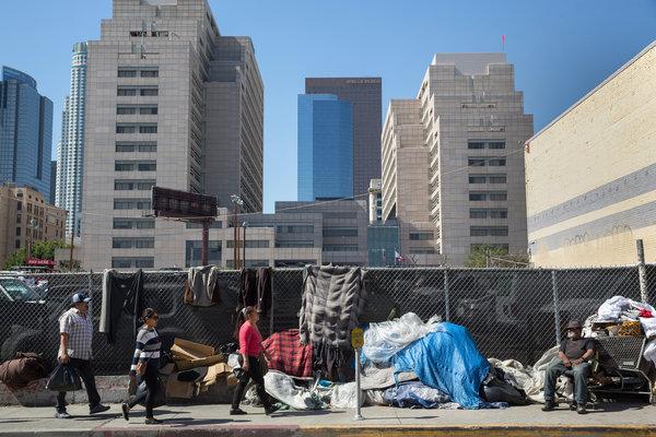 O strada plina cu boschetari in corturi si carucioare in Los Angeles - Monica Almeida/The New York Times